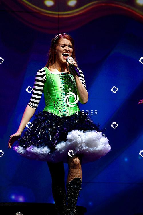ZWOLLE - In de IJsselhallen te Zwollen presenteerde K3 hun nieuwe show 'De Verjaardagsshow' met op de foto  K3 zangeres Karen Damen. FOTO LEVIN DEN BOER - PERSFOTO.NU