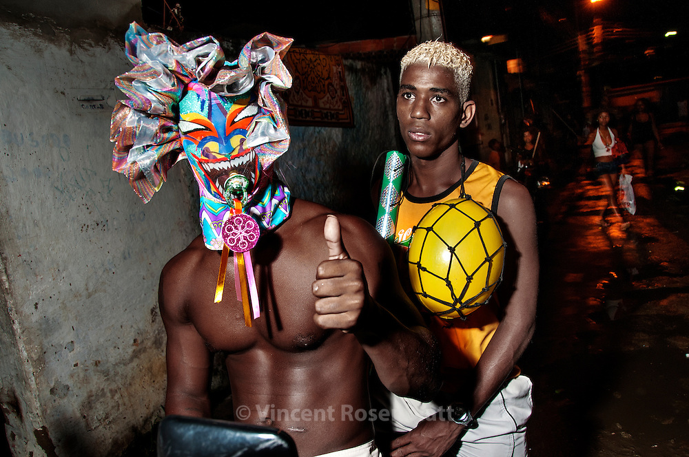 Every sunday of Carnival, the Gang of the Abusados (Abused) goes out of their base in the favela of City of God and invade all suburb and districts of Rio de Janeiro, showing their magnificent fantasy...