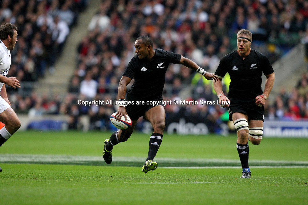Joe Rokocoko with the ball at Twickenhan - England v New Zealand on the 6 November 2010 - Investec International - Rugby Union - Photo Martin Seras Lima