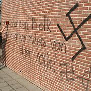 Rasistische leuzen in Huizen op school de Ark en muren