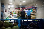 Job Cohen probeert een allochtone winkelier in de Kanaalstraat in Utrecht te overtuigen om op de PvdA te stemmen. Cohen voert samen met Marleen Barth en Bert de Vries campagne in Utrecht voor de Provinciale Statenverkiezingen.<br /> <br /> Dutch Labour Party leader Job Cohen is talking to a shopkeeper to convince him to vote for the PvdA.