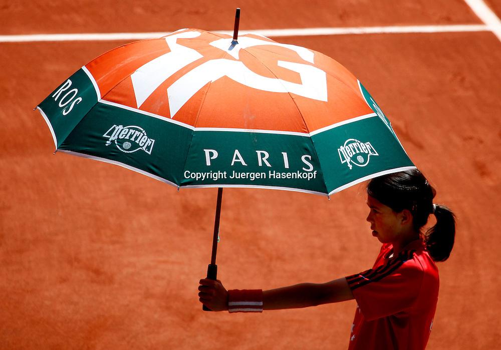 French Open 2010, Roland Garros, Paris, Frankreich,Sport, Tennis, ITF Grand Slam Tournament, Ballmaedchen haelt Sonnenschirm,Feature,.Foto: Juergen Hasenkopf..