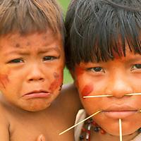 Niña y niño de aborigen Yanomami, Amazonas, Venezuela.