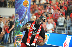 21.06.2015, Brose Arena, Bamberg, GER, Beko Basketball BL, Brose Baskets Bamberg vs FC Bayern Muenchen, Playoffs, Finale, 5. Spiel, im Bild Die Spieler der Brose Baskets Bamberg bejubeln den Gewinn der Deutschen Meisterschaft 2015. Im Bild: Dawan Robinson (Brose Baskets Bamberg) // during the Beko Basketball Bundes league Playoffs, final round, 5th match between Brose Baskets Bamberg and FC Bayern Muenchen at the Brose Arena in Bamberg, Germany on 2015/06/21. EXPA Pictures © 2015, PhotoCredit: EXPA/ Eibner-Pressefoto/ Merz<br /> <br /> *****ATTENTION - OUT of GER*****