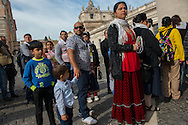 Rom e Sinti in fila per assitere all'Udienza papale in occasione del Pellegrinaggio Mondiale del Popolo Gitano a Roma - Gypsies in line to attend to the Papal Audience at the Vatican, World Pilgrimage of the People of the Gypsies and Travellers in Rome.