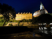 Cesky Krumlov, Krumau/Tschechische Republik, Tschechien, CZE, 25.07.2008:  Die staatliche Burg und das Schloß Cesky Krumlov (Böhmisch Krumau/ Krumau) am abendlichen Moldau-Ufer. Die Hochschätzung dieses Ortes durch inländische und ausländische Experten führte allmählich zur Aufnahme in die höchste Stufe des Denkmalschutzes. Im Jahre 1963 wurde die Stadt zum Stadtdenkmalschutzgebiet erklärt, im Jahre 1989 wurde das Schloßareal zum nationalen Kulturdenkmal erklärt und im Jahre 1992 wurde der ganze historische Komplex ins Verzeichnis der Denkmäler des Kultur- und Naturwelterbes der UNESCO aufgenommen.<br /> <br /> The Vltava (Moldau) river bank and the State Castle of Cesky Krumlov, with its architectural standard, cultural tradition, and expanse, ranks among the most important historic sights in the central European region. Building development from the 14th to 19th centuries is well-preserved in the original groundplan layout, material structure, interior installation and architectural detail. Situated on the banks of the Vltava river, the town was built around a 13th-century castle with Gothic, Renaissance and Baroque elements. It is an outstanding example of a small central European medieval town whose architectural heritage has remained intact thanks to its peaceful evolution over more than five centuries.