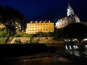 Cesky Krumlov, Krumau/Tschechische Republik, Tschechien, CZE, 25.07.2008:  Die staatliche Burg und das Schloß Cesky Krumlov (Böhmisch Krumau/ Krumau) am abendlichen Moldau-Ufer. Die Hochschätzung dieses Ortes durch inländische und ausländische Experten führte allmählich zur Aufnahme in die höchste Stufe des Denkmalschutzes. Im Jahre 1963 wurde die Stadt zum Stadtdenkmalschutzgebiet erklärt, im Jahre 1989 wurde das Schloßareal zum nationalen Kulturdenkmal erklärt und im Jahre 1992 wurde der ganze historische Komplex ins Verzeichnis der Denkmäler des Kultur- und Naturwelterbes der UNESCO aufgenommen.<br /> <br /> The Vltava (Moldau) river bank and the State Castle of Cesky Krumlov, with its architectural standard, cultural tradition, and expanse, ranks among the most important historic sights in the central European region. Building development from the 14th to 19th centuries is well-preserved in the original groundplan layout, material structure, interior installation and architectural detail. Situated on the banks of the Vltava river, the town was built around a 13th-century castle with Gothic, Renaissance and Baroque elements. It is an outstanding example of a small central European medieval town whose architectural heritage has remained intact thanks to its peaceful evolution over more than five centuries.