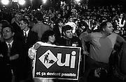 Rassemblement du « oui » au Métropolis au moment où on vient d'annoncer la victoire du « non ».  Les partisans de la souveraineté du Québec vivent une grande déception, pour certains, pour une deuxième fois en 15 ans.