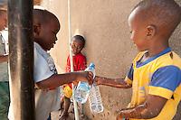09 OCT 2009, DAR ES SALAAM/TANZANIA:<br /> Ein paar kleine Jungs zapfen sich an einer undichten Wasserleitung etwas Wasser ab, auf einem Marktes, der durch ein Infrastruktur Projekt der DAWASA (Daressalam Water and Sanitation Authority) Water Systems einen Wassertank erhalten hat, ueber den zukuenftig die Marktstaende mit Wasser versorgen werden sollen, ONE Informationsreise nach Tansania<br /> IMAGE: 20091009-01-188<br /> KEYWORDS: Reise, Trip, Afrika, Africa, Gesundheit, Bildung, Wasserinfrastruktur, Wasserversorgung, Daressalam, Kind, Kinder, Trinkwasser