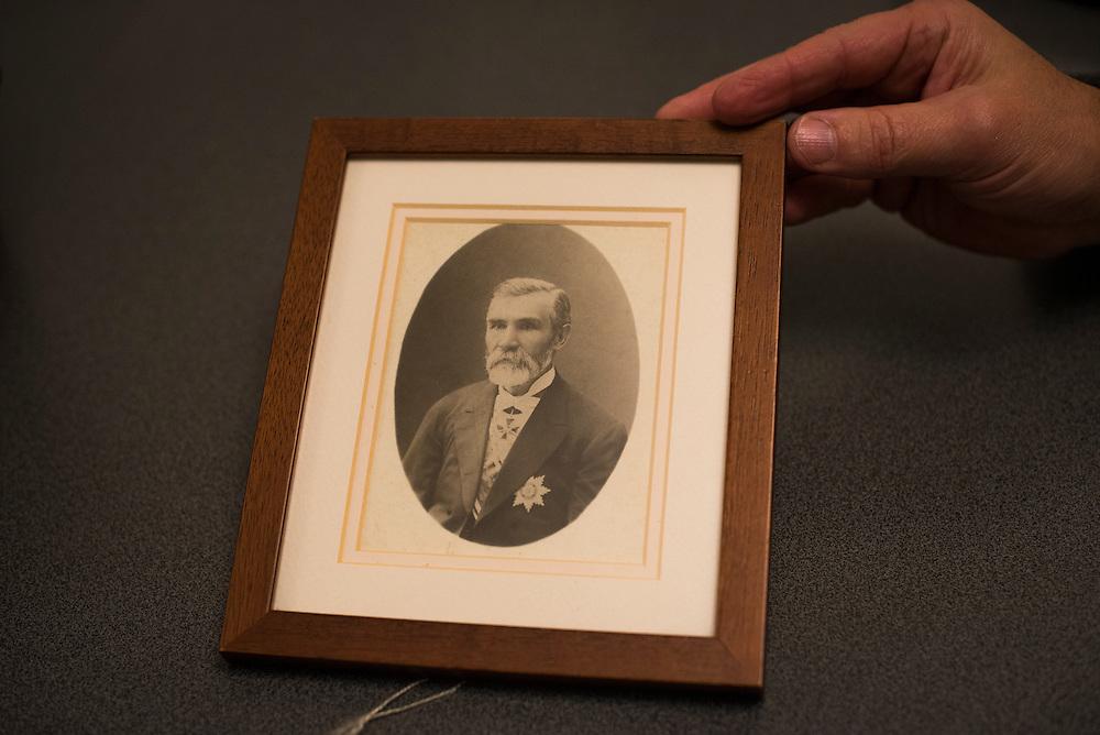Michel Terestchenko nous montre le portrait de son arri&egrave;re-arri&egrave;re grand p&egrave;re Nikola Terestchenko, qui &eacute;tait lui-m&ecirc;me maire de la ville de 1850 &agrave; 1872. Il garde ce cadre dans son bureau. &Agrave; Hlukhiv le 7 d&eacute;cembre en Ukraine.<br /> <br /> <br /> Michel Terestchenko displays a portrait of one of his ancestors, Nikola Terestchenko, in his office on December 7, 2015 in Hlukhiv, Ukraine. The portrait is one of the few personal effects Michel Terestchenko has added to his office.