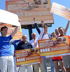 20150627 NED: WK Beachvolleybal day 2, Scheveningen<br /> Nederland heeft er sinds zaterdagmiddag een vermelding in het Guinness World Records bij. Op het zonnige strand van Scheveningen werd het officiële wereldrecord 'grootste beachvolleybaltoernooi ter wereld' verbroken. Maar liefst 2355 beachvolleyballers kwamen zaterdag tegelijkertijd in actie / FIVB President Dr. Ary S. Graca, Hans Nieukerke, Bas van de Goor