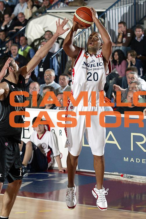 DESCRIZIONE : Biella Lega A1 2005-06 Angelico Biella VidiVici Virtus Bologna <br />GIOCATORE : Smith<br />SQUADRA : Angelico Biella<br />EVENTO : Campionato Lega A1 2005-2006<br />GARA : Angelico Biella VidiVici Virtus Bologna<br />DATA : 09/04/2006<br />CATEGORIA : Tiro<br />SPORT : Pallacanestro<br />AUTORE : Agenzia Ciamillo-Castoria/S.Ceretti
