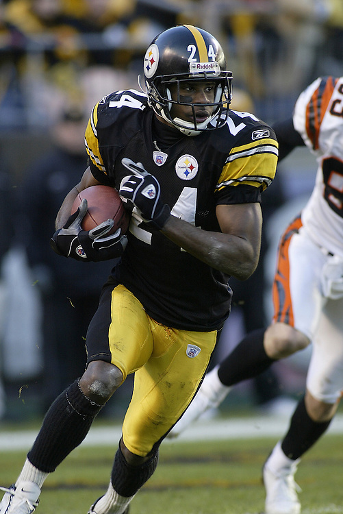 Defensive back/kick returner Ike Taylor of the Pittsburgh Steelers returns a kick during their 24-20 defeat to the Cincinnati Bengals on 11/30/2003. ©JC Ridley/NFL Photos.
