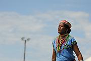 Traditioneel geklede vrouw danst tijdens een optreden in township New Brighton.