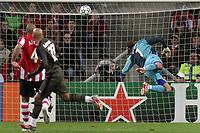 Fotball , Champions league 5. desember 2006 psv Eindhoven - Bordeaux <br /> gomes komt te laat alex verdedigd niet goed uit op