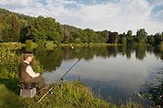 Angler am See im Kurpark, Bad König, Schwäne, Odenwald, Naturpark Bergstraße-Odenwald, Hessen, Deutschland | angler, lake in spa gardens, swans, Bad König, Odenwald, Hesse, Germany