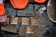 Roma 14 Gennaio 2013.Memorie d'Inciampo a Roma..Sampietrini rivestiti d'una placca d'ottone lucente incastonati a terra di fronte ai portoni dei deportati ad Auschwitz. L'idea è dell'artista tedesco Gunther Demnig nell'ambito del progetto «Memorie d'Inciampo a Roma» a cura di Adachiara Zevi, ciascuna placca è dedicata ad un deportato per ragioni razziali, politiche e militari. In via Arenula 41 le pietre delle  vittime, Laura Romanelli, Margherita Sonnino e Angelo Romanelli, Mosè Marco Sonnino, Samuele Sonnino, Amelia Piperno..Olocaust memorial plaques to victims in Rome.