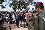 Les réfugiés sont recensés à leur arrivée au camp humanitaire Choucha à 8km de la frontière. Plus de 140 000 réfugiés ont déjà quitté la Libye par la Tunisie ou l'Egypte et des milliers continuent d'arriver chaque jours. Vendredi 25 février 2011, Camp Choucha, Tunisie..© Benjamin Girette/IP3 press