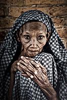 """Dans le cadre d'un programme de l'Unesco """"Esperance et Solidarité autour d'un ballon"""" Marie-José PERREC va rendre visite aux jeunes enfants des rues et orphelins au Rwanda.<br /> Elle à, pour cette occasion le titre d'ambassadrice pour l'Unesco. *** Local Caption *** Dans un orphelinat tenu par les soeurs de la Charité, ordre de Mere Térésa."""