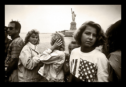 Visiting students, victims of the Chernoybol nuclear diseaster, pass the statue of Liberty while visiting America in 1990. ©Ed Hille / Picturedesk.Net.ONE TIME USE ONLY