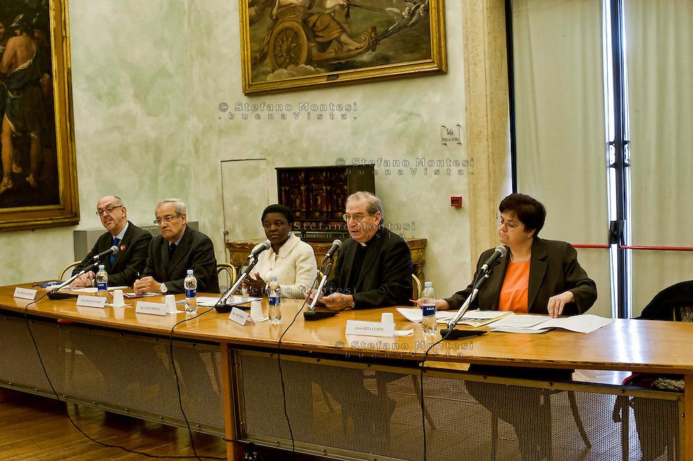 Roma 17 Dicembre 2013<br /> &ldquo;Ragazzi lontani&hellip;dalla famiglia, dal proprio paese, da se stessi&rdquo; &egrave; il titolo del seminario di studio sui minori stranieri non accompagnati che la Caritas diocesana di Roma organizza in occasione dei 25 anni di attivit&agrave; dei Centri di Pronta Accoglienza per Minori, con la ministra C&eacute;cile Kyenge. La ministra C&eacute;cile Kyenge riceve dal direttore della caritas di Roma mons. Enrico Feroci un disegno realizzato dai  minori ospiti nei centri Caritas.<br /> Sala Pietro da Cortona dei Musei Capitolini, Palazzo del Campidoglio