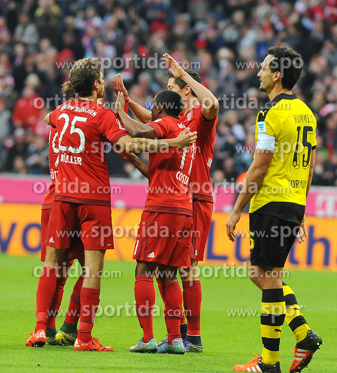 04.10.2015, Allianz Arena, Muenchen, GER, 1. FBL, FC Bayern Muenchen vs Borussia Dortmund, 8. Runde, im Bild Freude bei Bayern Muenchen nach dem 4:1 durch Robert Lewandowski (FC Bayern Muenchen), Enttaeuschung bei Mats Hummels (Borussia Dortmund #15) links. // during the German Bundesliga 8th round match between FC Bayern Munich and Borussia Dortmund at the Allianz Arena in Muenchen, Germany on 2015/10/04. EXPA Pictures &copy; 2015, PhotoCredit: EXPA/ Eibner-Pressefoto/ Stuetzle<br /> <br /> *****ATTENTION - OUT of GER*****
