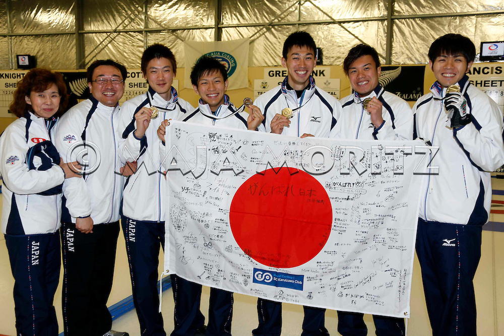 Silver Medals for Japan's men's team, from left coach Hatomi NAGAOKA, ?, Yusuke MOROZUMI, Tsuyoshi YAMAGUSHI, Tetsuro SHIMIZU, Kosuke MOROZUMI, Yoshiro SHIMIZU