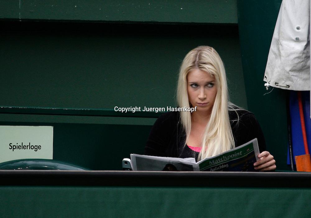 Gerry Weber Open 2008, Halle (Westf.), Tennis, ATP Turnier, Philipp Kohlschreiber Freundin Lena Alberti liest die Stadionzeitung...Foto: Juergen Hasenkopf..