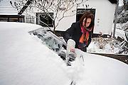 Nederland, Ubbergen, 4-1-2010Voordat mijn vrouw naar haar werk kan moet ze eerst de ruiten van haar auto ontdoen van sneeuw en ijs.Foto: Flip Franssen/Hollandse Hoogte