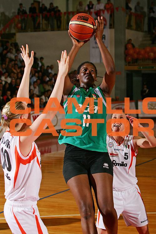 DESCRIZIONE : Schio Lega A1 Femminile 2005-06 Finale Scudetto Gara 3 Famila Schio Acer Priolo <br /> GIOCATORE : Seino <br /> SQUADRA : Acer Priolo <br /> EVENTO : Campionato Lega A1 Femminile Finale Scudetto Gara 3 2005-2006 <br /> GARA : Famila Schio Acer Priolo <br /> DATA : 09/05/2006 <br /> CATEGORIA : Tiro <br /> SPORT : Pallacanestro <br /> AUTORE : Agenzia Ciamillo-Castoria/S.Silvestri <br /> Galleria : Lega Basket A1 2005-2006 <br /> Fotonotizia : Schio Campionato Italiano Femminile Lega A1 2005-2006 Finale Scudetto Gara 3 Famila Schio Acer Priolo<br /> Predefinita :