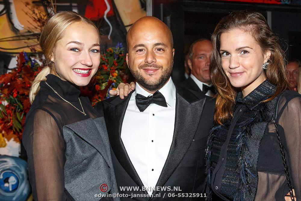 NLD/Amsterdam/20151017 - Inloop JFK Greatest Man Award 2015, Jon Karthaus met partner Caroline Spoor en Marly van der Velden