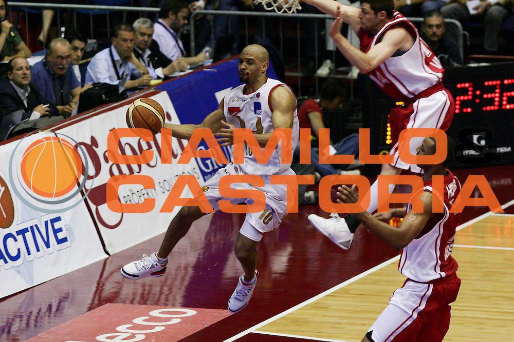 DESCRIZIONE : Milano Lega A1 2006-07 Playoff Quarti di Finale Gara 1 Armani Jeans Milano Whirlpool Varese<br /> GIOCATORE : Kiwane Garris<br /> SQUADRA : Armani Jeans Milano<br /> EVENTO : Campionato Lega A1 2006-2007 Playoff Quarti di Finale Gara 1<br /> GARA : Armani Jeans Milano Whirlpool Varese<br /> DATA : 16/05/2007<br /> CATEGORIA : Passaggio<br /> SPORT : Pallacanestro<br /> AUTORE : Agenzia Ciamillo-Castoria/L.Lussoso<br /> Galleria : Lega Basket A1 2006-2007<br /> Fotonotizia : Milano Campionato Italiano Lega A1 2006-2007 Playoff Quarti di Finale Gara 1 Armani Jeans Milano Whirlpool Varese<br /> Predefinita :