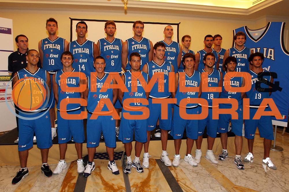 DESCRIZIONE : Milano Media Day Nazionale Italiana Uomini<br />GIOCATORE : Team Nazionale Italiana Uomini<br />SQUADRA : Nazionale Italiana Uomini Italia<br />EVENTO : Milano Media Day Nazionale Italiana Uomini<br />GARA : <br />DATA : 18/07/2007 <br />CATEGORIA : Ritratto Posato<br />SPORT : Pallacanestro <br />AUTORE : Agenzia Ciamillo-Castoria/M.Marchi<br />Galleria : Fip Nazionali 2007<br />Fotonotizia : Gorizia Nova Gorica U20 European Championship Men Campionato Europeo<br />Predefinita :Si