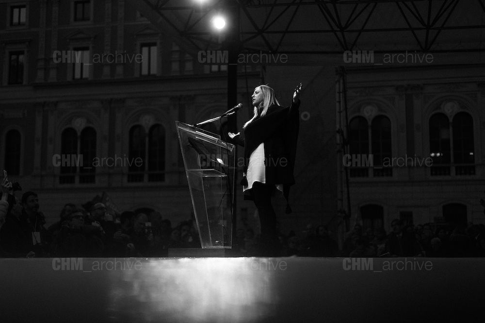 "Giorgia Meloni, leader del partito Fratelli d'Italia durante la manifestazione ""Italia Sovrana"" in piazza San Silvestro. Roma 28 Gennaio 2017. Christian Mantuano / OneShot<br /> <br /> Leader of right wing party Fratelli d'Italia Giorgia Meloni (c)  during the demonstration 'Italia sovrana' in piazza San Silvestro , (Italy Sovereign) Italy, Rome 28 January 2017 . Christian Mantuano / OneShot"