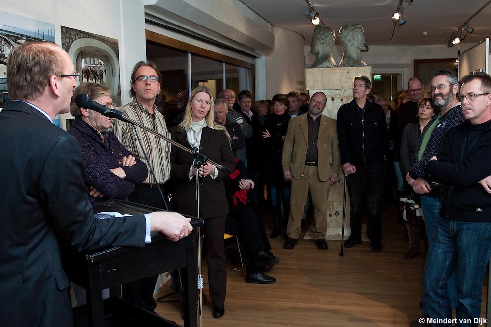 Hugo ter Avest van het Hannemahuis te Harlingen aan het woord tijdens de opening van de tentoonstelling 'Koppen boven water - 500 jaar bescherming tegen het water'.