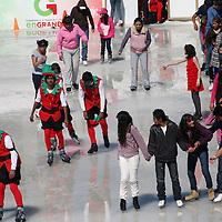 TOLUCA, Mexico.- Continúa la afluencia de gente en la villa navideña en el centro de la ciudad de Toluca, donde la mayoría aprovecha la pista de hielo para patinar. Agencia MVT. José Hernández.  (DIGITAL)