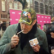 NLD/Amsterdam/20070308 - Stilettorun 2007 Amsterdam, Ruud van der Peijl rookt een sigaretje