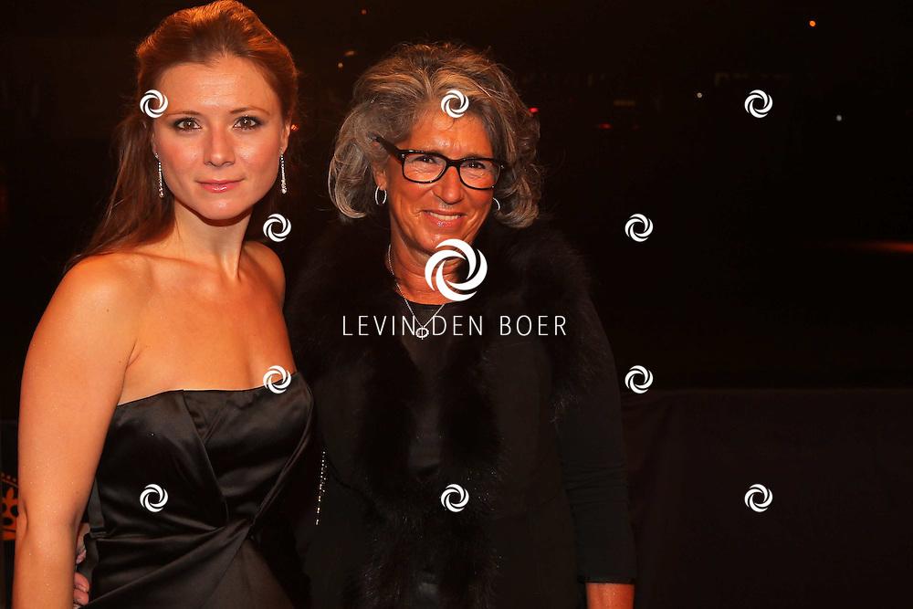 KATWIJK - Celine Purcell en haar moeder zaterdag op de oranje loper van de galapremiere van Soldaat van Oranje - de Musical in de Theater Hangaar op de oude vliegbasis Valkenburg bij Katwijk. FOTO LEVIN DEN BOER - PERSFOTO.NU