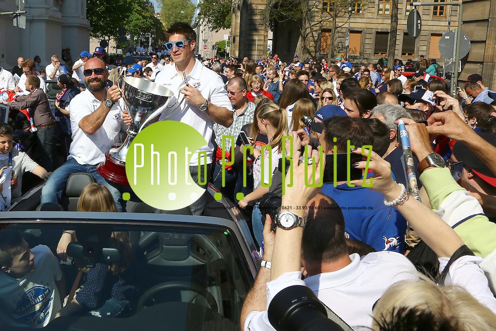 Mannheim. 23.04.15 Gemeinsam mit den Adlern feiern die Mannheimer die Deutsche Meisterschaft: zun&auml;chst mit einem Empfang im Rathaus. Viele Fans sind in die Stadt gekommen, um ihrem Team zuzujubeln, das sich zun&auml;chst auf dem Rathaus-Balkon pr&auml;sentierte. Stadionsprecher Udo Scholz stellte jeden Spieler vor - und sie alle ernteten entsprechend Applaus von den begeisterten Mannheimern. &quot;Der Pokal ist wieder da, wo er hingeh&ouml;rt&quot;, verk&uuml;ndete Kapit&auml;n Marcus Kink vom Balkon. Und die Fans sangen: &quot;Deutscher Meister ist nur der MERC!&quot; Mit Fanges&auml;ngen lobten sie einzelne Spieler - und skandierten: &quot;Geoff Ward, Meistertrainer!&quot;      <br /> Im Anschluss startete ein Autokorso vom Rathaus &uuml;ber die Planken bis zum Kaiserring.<br /> - Glenn Metropolit (mit Bart) und Jochen Hecht<br /> Bild: Markus Pro&szlig;witz 23APR15 / masterpress (Bild ist honorarpflichtig)