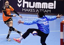 07-10-2015 NED: Kwalificatie EK 2016 Nederland - Bulgarije, Rotterdam<br /> De Nederlandse handbalsters zijn de kwalificatiereeks voor het EK in 2016 begonnen met een monsterzege op Bulgarije. In een volgepakt Topsportcentrum van Rotterdam won Nederland met 45-24 / Yvette Broch #13