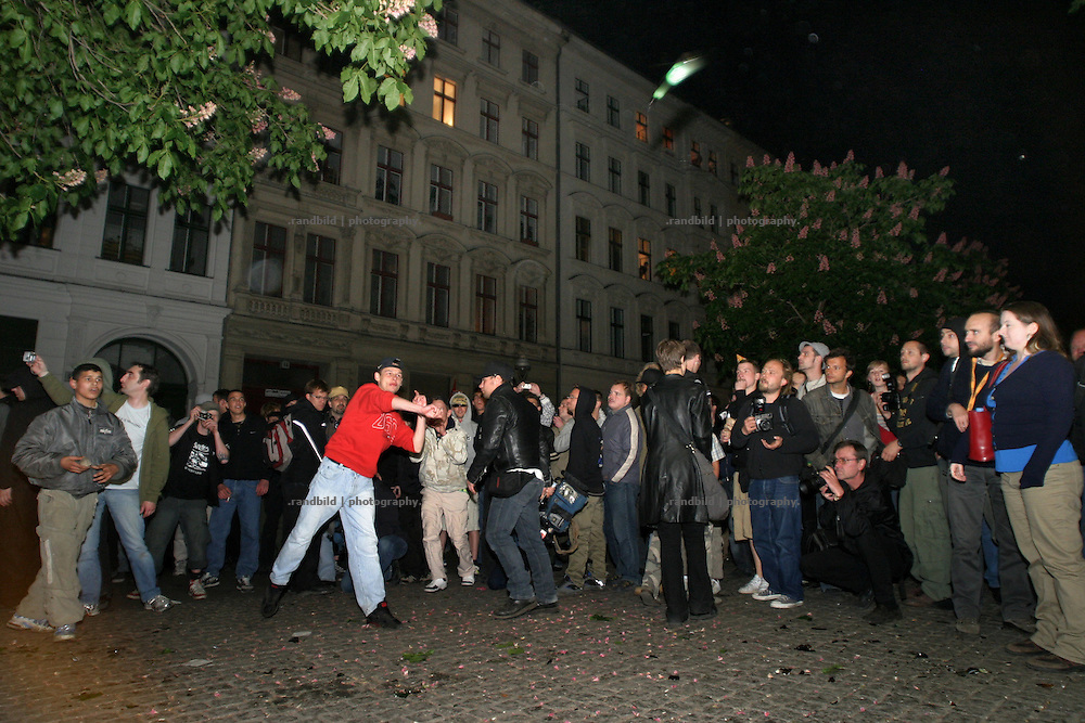 Demonstranten werfen am 1.Mai Steine und Flaschen (Bild) gegen die Polizei in Berlin. Demonstrators throwing stones and bottles against the police in Berlin during the 1.May riots.