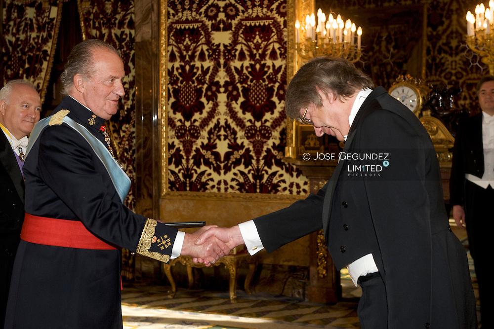 Reinhard Silberberg, Ambassador of the Federal Republic of Germany is presented to Spanish King Juan Carlos I