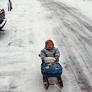 Diana Janssen op de slee in de sneeuw