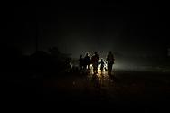 Una familia de migrantes se pone en marcha antes del amanecer. Arriaga, Estado de Chiapas, México. 27/10/2018 <br /> <br /> A mediados de octubre 2018, miles de migrantes hondureños abandonaron sus casas para emprender el viaje hasta los Estados Unidos, recorriendo casi 5.000 kilómetros hasta la ciudad fronteriza de Tijuana en menos de dos meses.<br /> Las 10.000 personas (según estimaciones de la UNCHR) que conformaron la caravana visibilizaron el fenómeno migratorio por primera vez en Centroamérica, denunciando las problemáticas de extrema pobreza y violencia presentes en los lugares de origen.