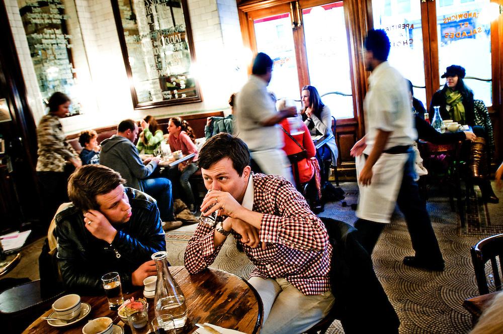 "Filip och Fredrik i New York..Frukostmöte på restaurant Pastis i Meatpacking District..Filip Hammar och Fredrik Wikingsson spelar in ny TV-show ""Söndagsparty"" i en studio i Chelsea, New York."