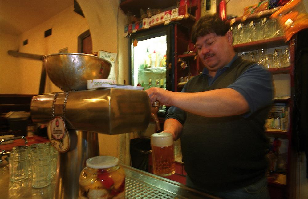 Barmann Peter zapft ein frisches, tschechisches Bier. Aufgenommen in der Prager Szenekneipe &quot;Zum ausge-schossenen Auge&quot; (U vystrelenyho Oka) im Stadtteil Zizkov/Prag 3. <br /> <br /> Barman Peter serves a fresh draught Czech beer. Photographed in the Prague pub &quot;To the shoot out eye&quot; (U vystrelenyho Oka) in the quarter Zizkov/Prague 3.
