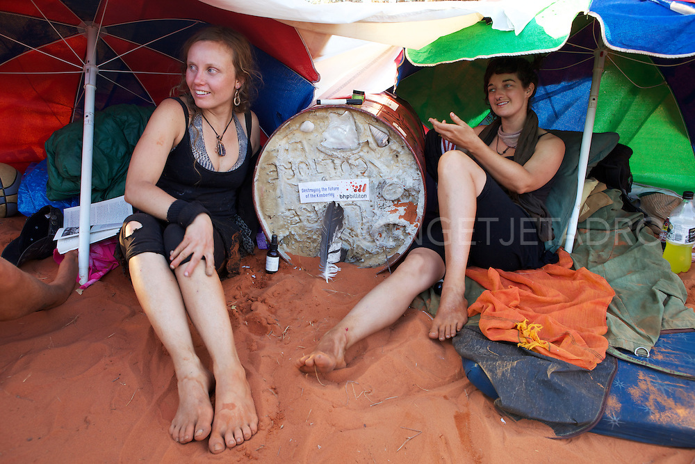 Anti Gas protesters chained themselves , Broome,JPP WA 2011 2011.©Ingetje Tadros..  Anti Gas Protesters chained themselves 26-8-2011