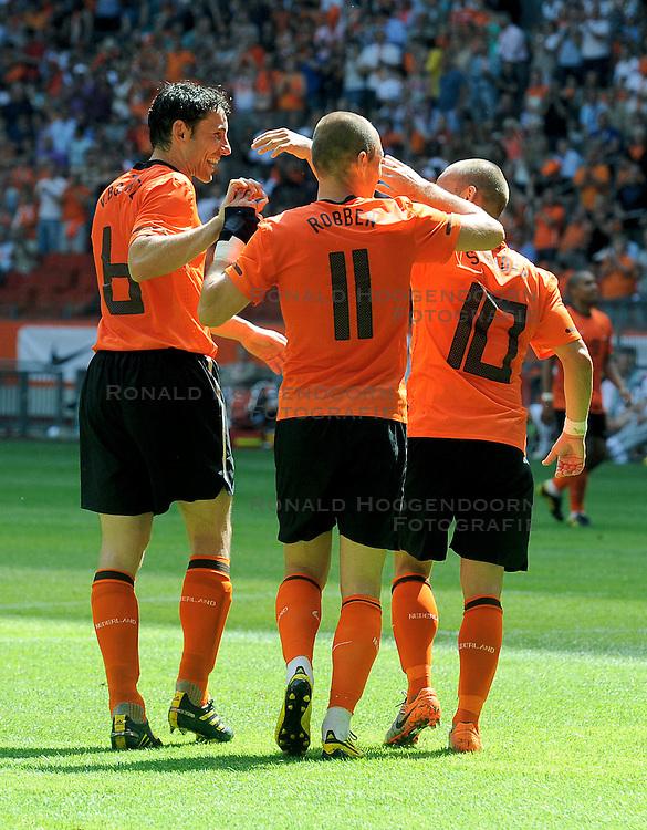 05-06-2010 VOETBAL: NEDERLAND - HONGARIJE: AMSTERDAM<br /> Nederland wint met 6-1 van Hongarije / Wesley Sneijder, Mark van Bommel en Arjen Robben<br /> &copy;2010-WWW.FOTOHOOGENDOORN.NL