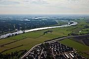 Nederland, Gelderland, Gemeente Zutphen, 03-10-2010; IJssel bij Zutphen (links), onder buurtschap De Hoven met nieuwbouw. Het gebied maakt deel uit van de IJsselsprong waarin een nevengeul in de uiterwaarden gecombineerd wordt met nieuwe natuur en stedenbouwkundige ontwikkelingen..IJssel near Zutphen (left), the hamlet De Hoven with new residential neighborhood. The whole area is part of the IJssel'leap', aplan that combines a new water channel in the floodplain with new nature and urban development..luchtfoto (toeslag), aerial photo (additional fee required).foto/photo Siebe Swart