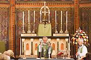 Aartsbisschop Joris Vercammen treft de voorbereidingen voor de communie. Op zondag 31 oktober is in de Getrudiskathedraal in Utrecht  Annemieke Duurkoop als eerste vrouwelijke plebaan van Nederland geïnstalleerd. Duurkoop wordt de nieuwe pastoor van de Utrechtse parochie van de Oud-Katholieke Kerk (OKK), deze kerk heeft geen band met het Vaticaan. Een plebaan is een pastoor van een kathedrale kerk, die eindverantwoordelijk is voor een parochie. Eerder waren bij de OKK al twee vrouwelijk priesters geïnstalleerd, maar die zijn geen plebaan.<br /> <br /> Archbishop Joris Vercammen is preparing the sacraments. At the St Getrudiscathedral in Utrecht the first female dean of the Old-Catholic Church (OKK), Annemieke Duurkoop, is installed together with a new pastor Bernd Wallet. The church has no connections with the Vatican.